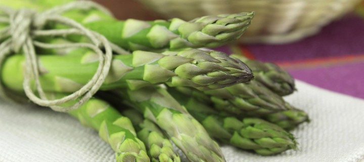 Lauwwarme salade van groene asperges